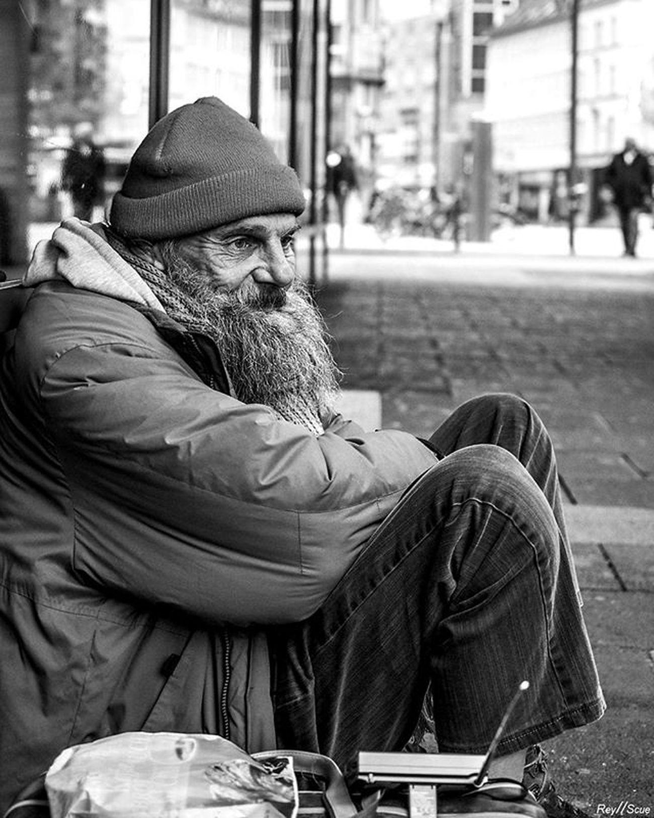 SeparateLife Reyscue Street Moments Frankfurt Germany Sad Social Documentary Homeless People Olympus Mft Pictureoftheday Picoftheday Bestoftheday Instagood Photoof Bw_street White Black Travel Artist Nonprofit Old Urban shadows world bw sadness humanrights