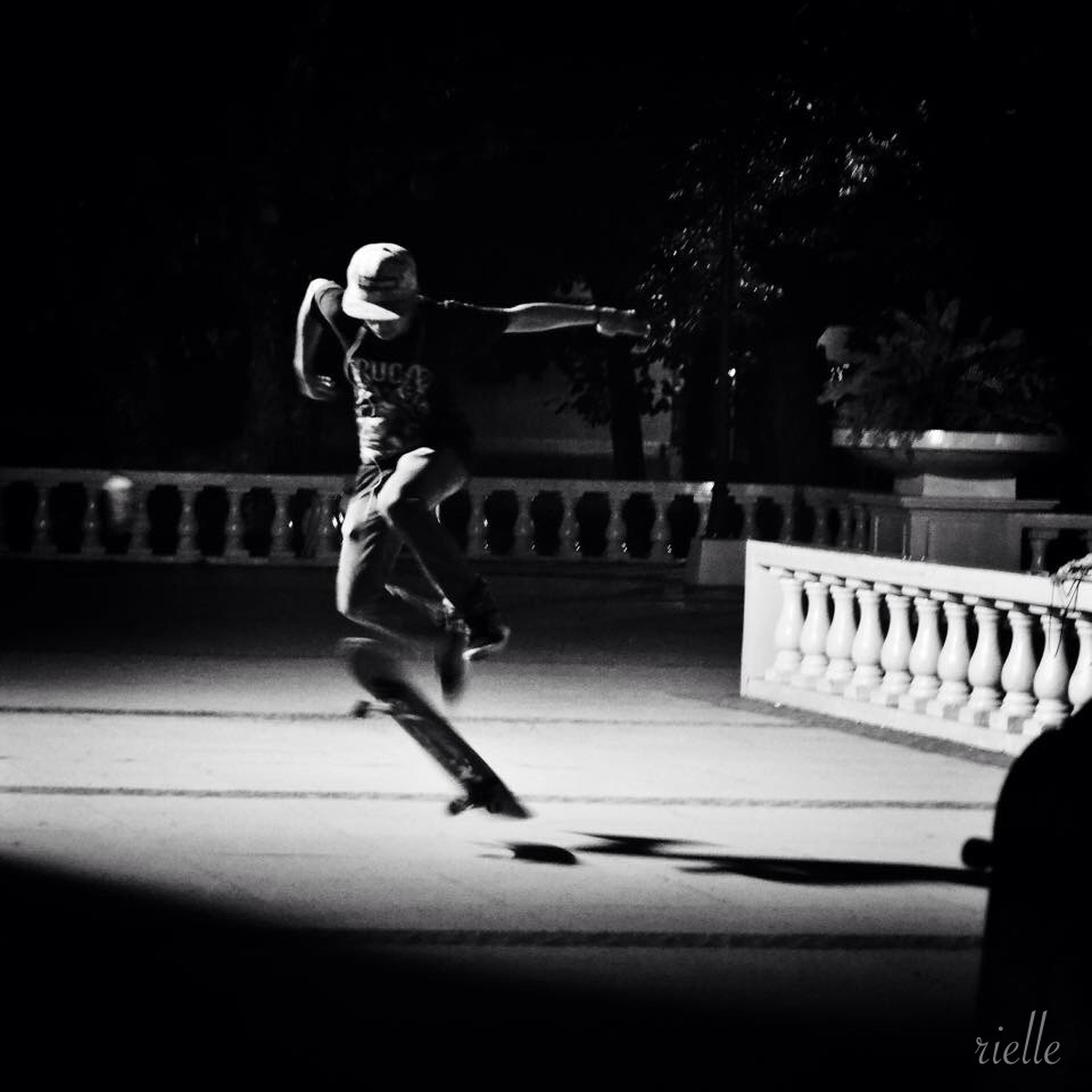 full length, lifestyles, leisure activity, street, casual clothing, motion, road, side view, skill, men, skateboarding, rear view, walking, childhood, skateboard, night, person, outdoors