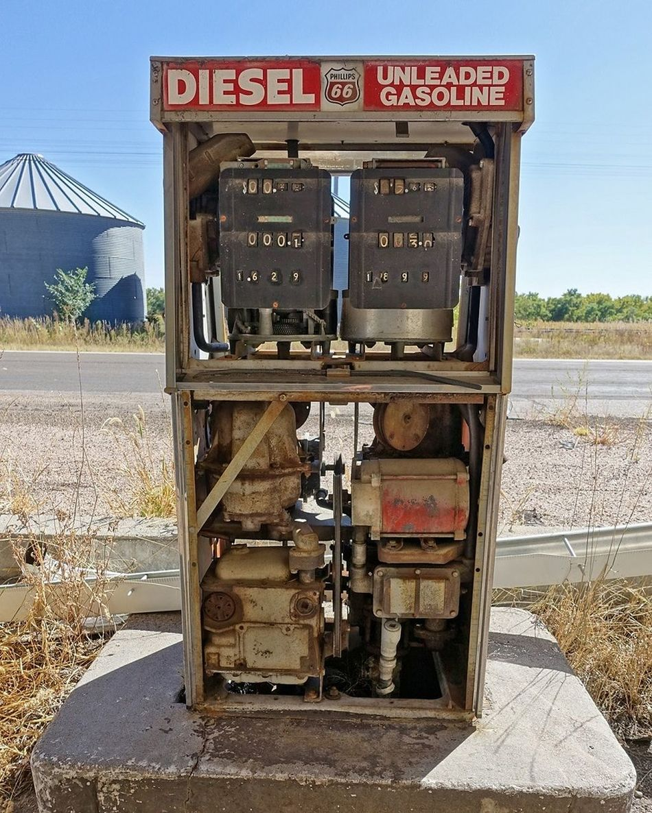 Fill 'er up. http://www.placesthatwere.com/2016/07/abandoned-relics-of-past-in-roscoe.html Ghost Town Derelict Abandoned Buildings Abandoned Urbex Urban Exploration Roscoe Abandoned Places Decay Nebraska Rust Gas Station Gas Gas Pump Antique