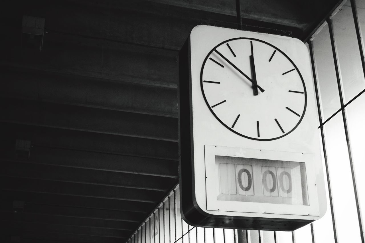Beautiful stock photos of clock, Accuracy, Bus Station, Bus Stop, Ceiling