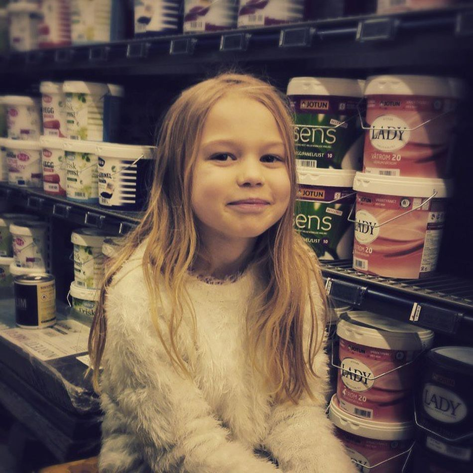 Hermine koser seg i maleavdelingen. Coop Obs Maling Paint ungen kid smile fun store child painter cozy kos