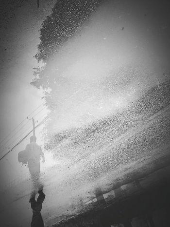 手机 小米 下雨 倒影 背影 黑白