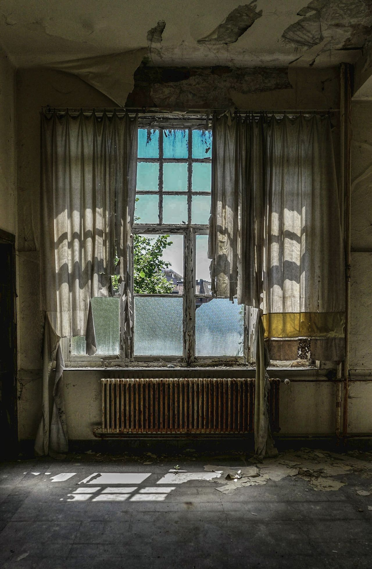 Window Indoors  Abandoned Architecture Damaged Day No People Radiator Built Structure History Urbexexplorer Abandoned Places Photograph Photography Urbex Urbexworld Urbexphotography Lostplaces Abandonedplaces Discovering School Travel Destinations Abandoned Buildings Close-up Architecture