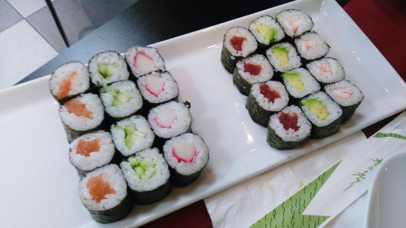 I LOVE IIIIIIT 😍 Freshness Food High Angle View Food And Drink Sushi Ready-to-eat Healthy Eating Sushi Time Sushilover Sushi Rolls Maki Sushi Maki Sushiaddict Sushi Restaurant Sushiporn Sushinight Sushi Date