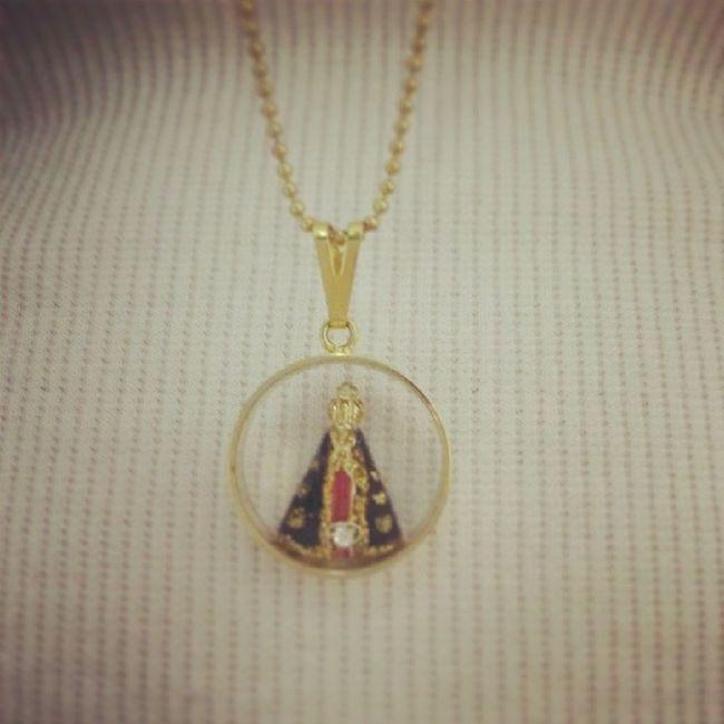 Deus me proteja.Maria passa na frente. Protegida