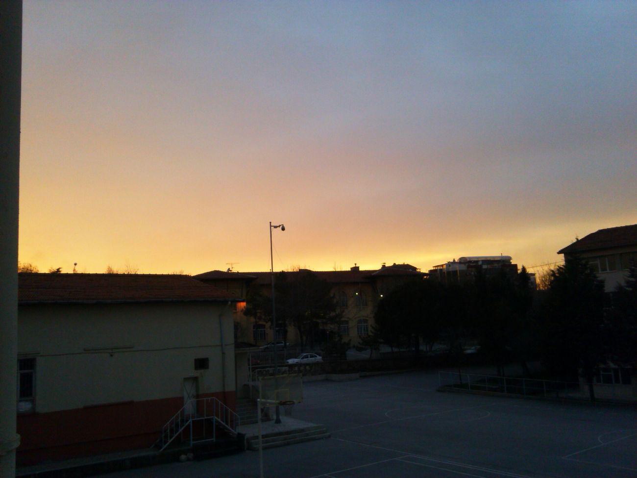 Güneş batarken de doğarkende güzelliğiyle büyüler bizi... Çünkü batarken arkasında karanlıgı ve karanlığın içinde parlayan yıldızları bırakır kötü günlerimizin umut ışıklarıdır onlar ve doğarken de karanlığı aydınlatır ve kötü günlerin bittiğini anımsatır bize... Sun Ufuk Akşam