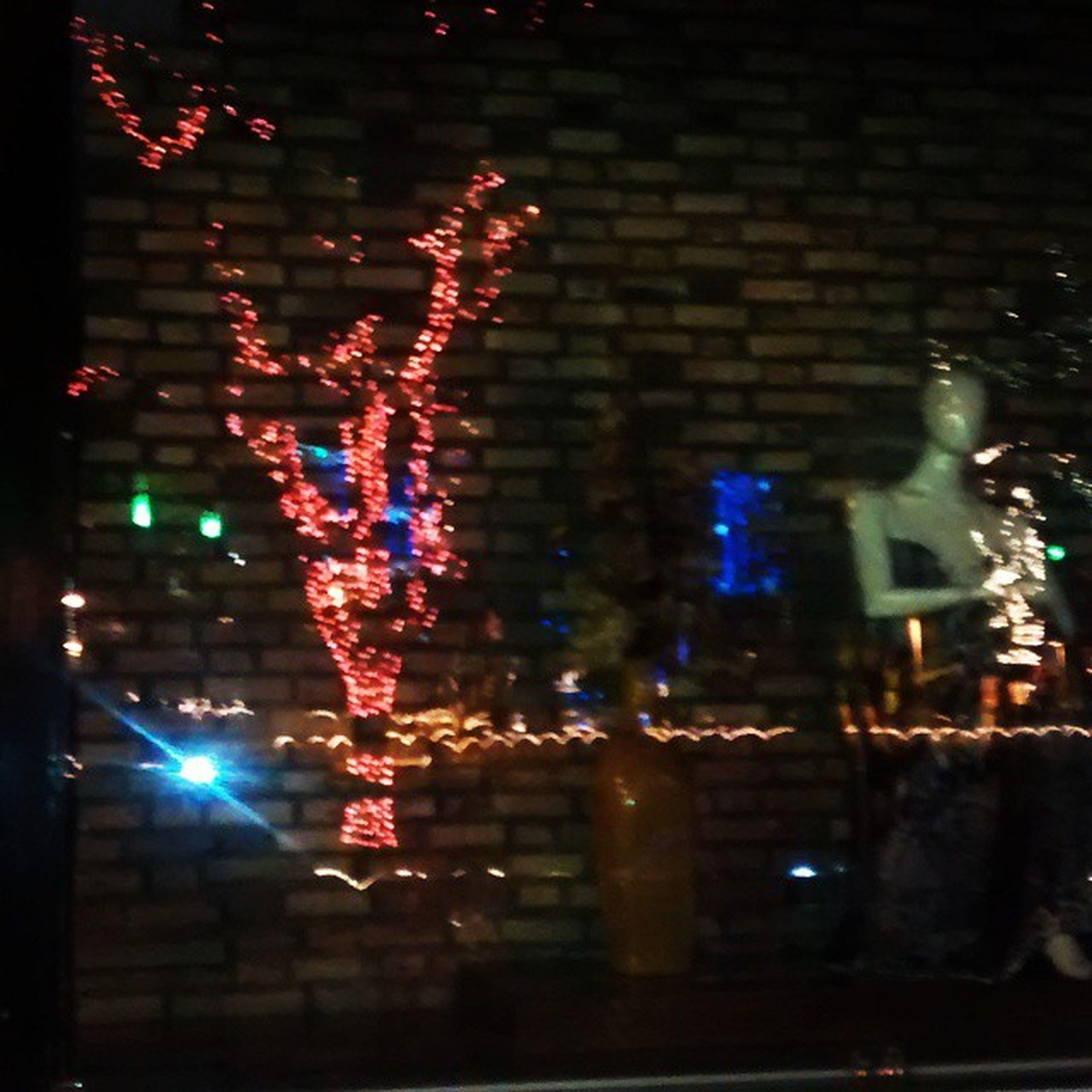 Reflexos luzes de Natal em uma vitrine... 🎆🎇🎅🎄🎅 Achei D+ Praça  Tranquedoneves Instalight Legal Viva_o_natal Perfect Instaplus Fim_D_ano_chegando Ano_novo 👏👏👏👏👏👏👏👏👏👏👏👏