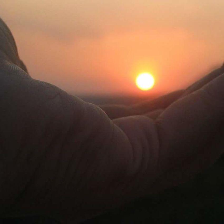 Showcase April Sunset In My Hand Sunset Creativity Photos Beautiful Hand Best Photo Ever Yashansh_photography