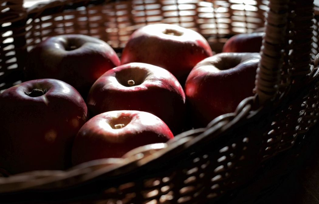 "今年の初物 ""紅玉"" Apple Fruit A Taste Of Life Enjoying Life Light And Shadow 日日是好日 Simplicity 初物だから久々の 頭香 😄🙌 Fall Beauty Learn & Shoot: Single Light Source Beautifully Organized"