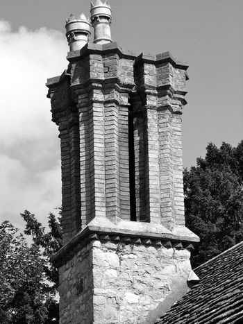 Chimney 🏡 Architecture History Building Exterior Day City Tree Architectural Column No People Low Angle View Built Structure Sky Outdoors Traditional Architecture Old England Village Life Ye Olde Chimneys Chimney Pots Traditional Architectural Detail House Detail Brick Chimney
