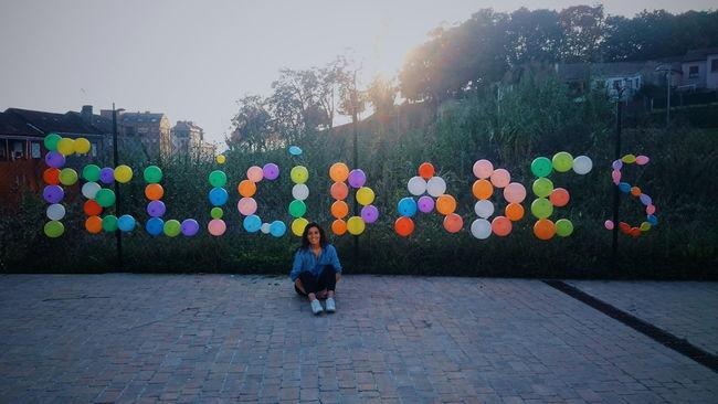 Streetphotography Happy Birthday! Felicidades Cumpleaños Puesta De Sol Sky Day One Woman Only One Person Globos grabando un video para mi amiga Paola !!