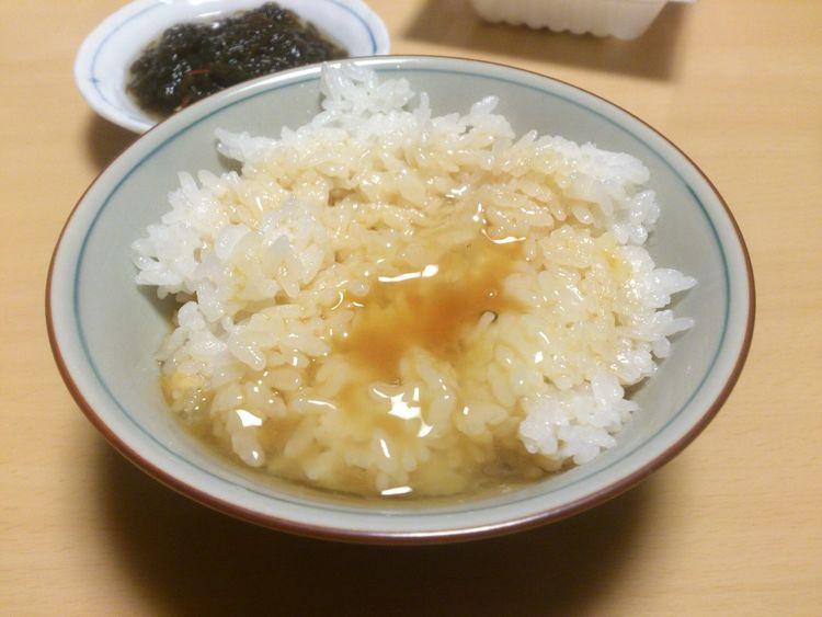 TKG!いや、ここは正式に「卵かけご飯」! 何でしょうこの魅力的な響き♪ おかずよりも味噌汁よりも、先になくなったのは言うまでもない…。 Enjoying A Meal Gohan Tkg