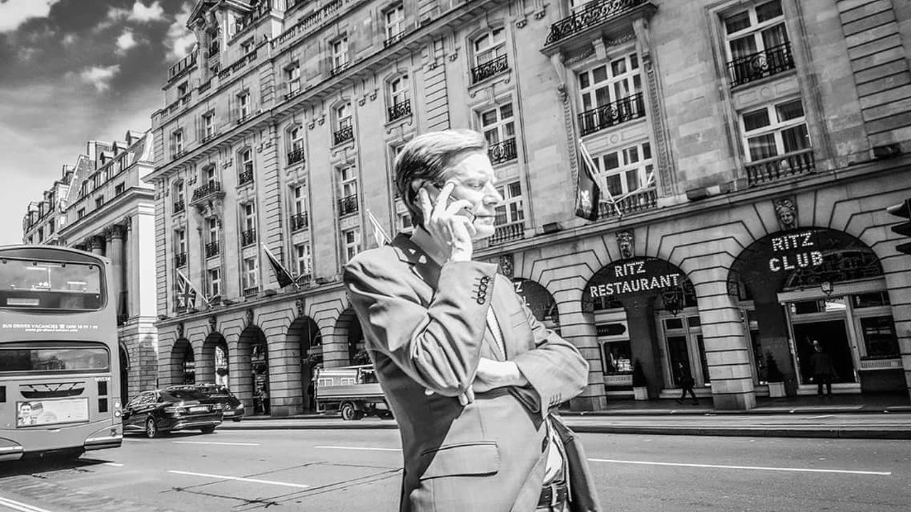 Friends.. Can you see the colours of black and white? Londoners London Blackandwhite Black & White Streetphotography Monochrome The Street Photographer - 2017 EyeEm Awards