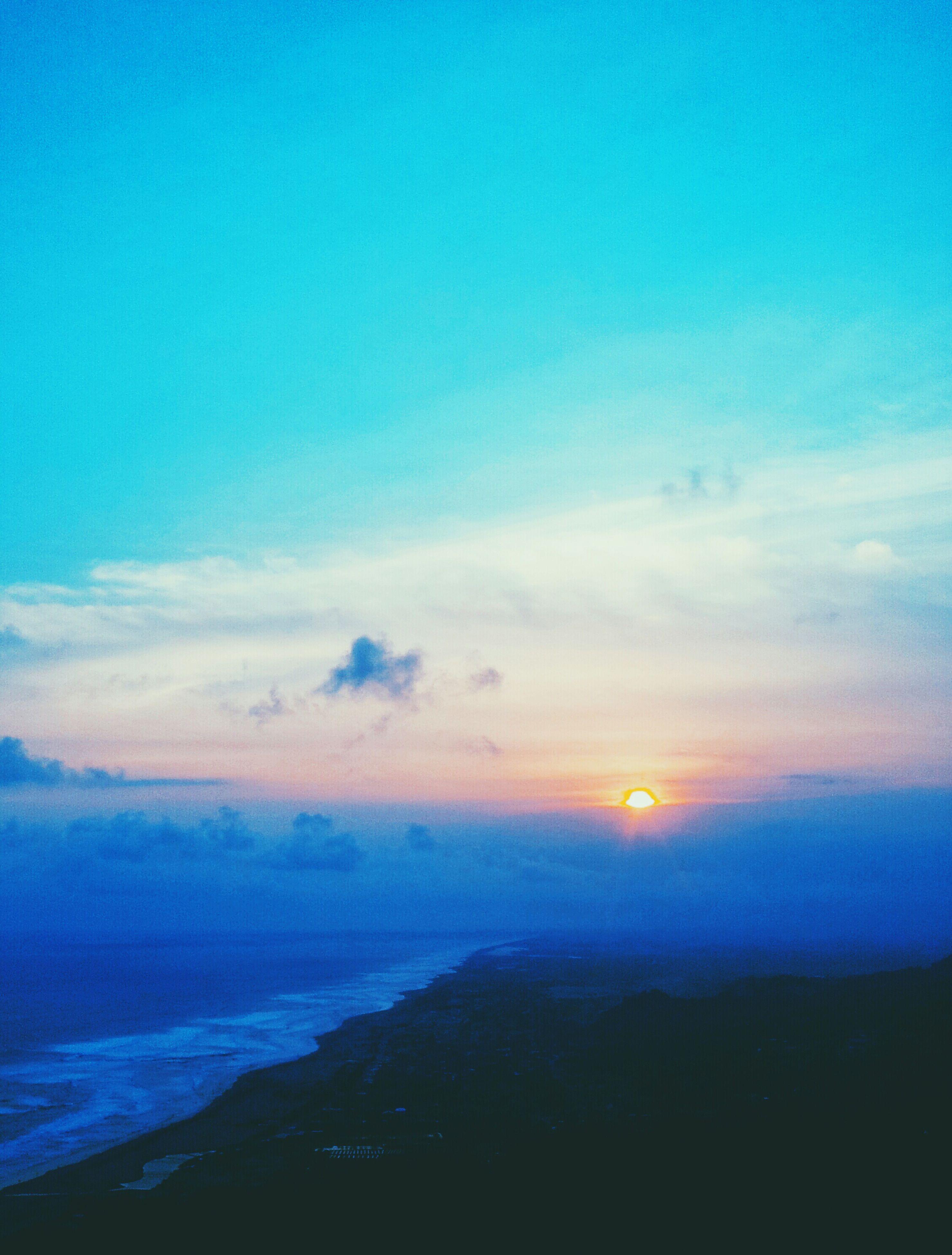 scenics, tranquil scene, tranquility, beauty in nature, sunset, sky, blue, nature, idyllic, silhouette, copy space, cloud - sky, landscape, mountain, sun, sunlight, cloud, outdoors, non-urban scene, majestic