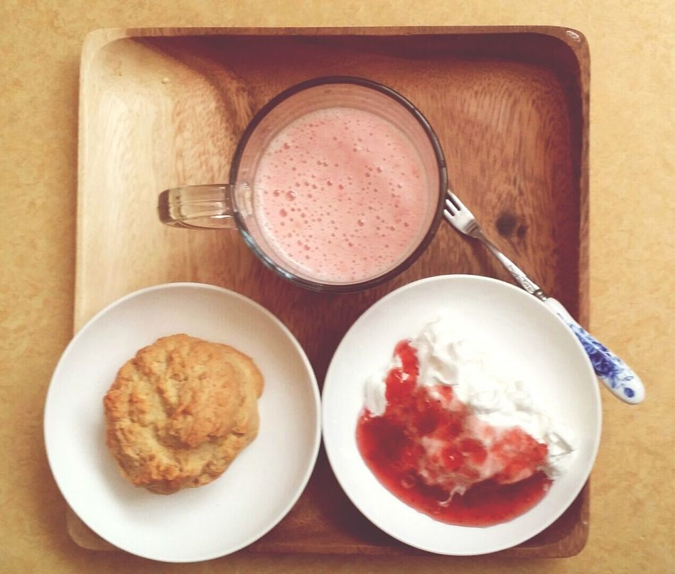 Brackfast Vanilla Scone Strawberry Shake
