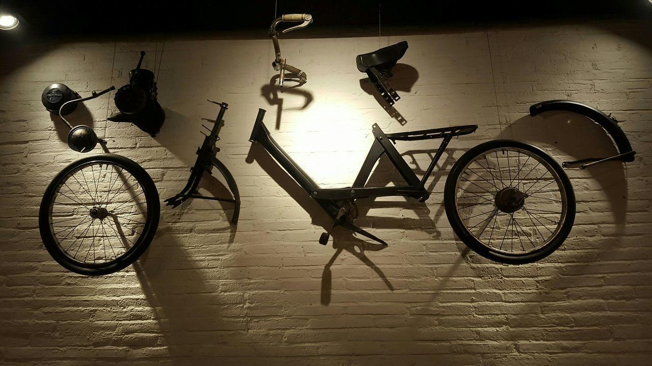 """""""la vida es un largo combate por el que se llega a ser uno mismo, esa es la tarea más elevada e ineludible de todo ser humano"""" - *Simone de Beauvoir Bicicleta Bicycle Bnw EyeEm Bnw Samsung Galaxy S6 Edge The Purist (no Edit, No Filter) Interior Desin Light And Shadow"""