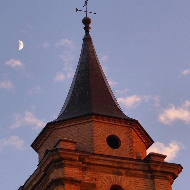 La torre de mi pueblo y sus nubes con la Luna. LasPedrosas Lunalunera Skylovers Clouds Moon igerszgz igersaragon instazgz Zaragoza Aragón YovisitoCincoVillas