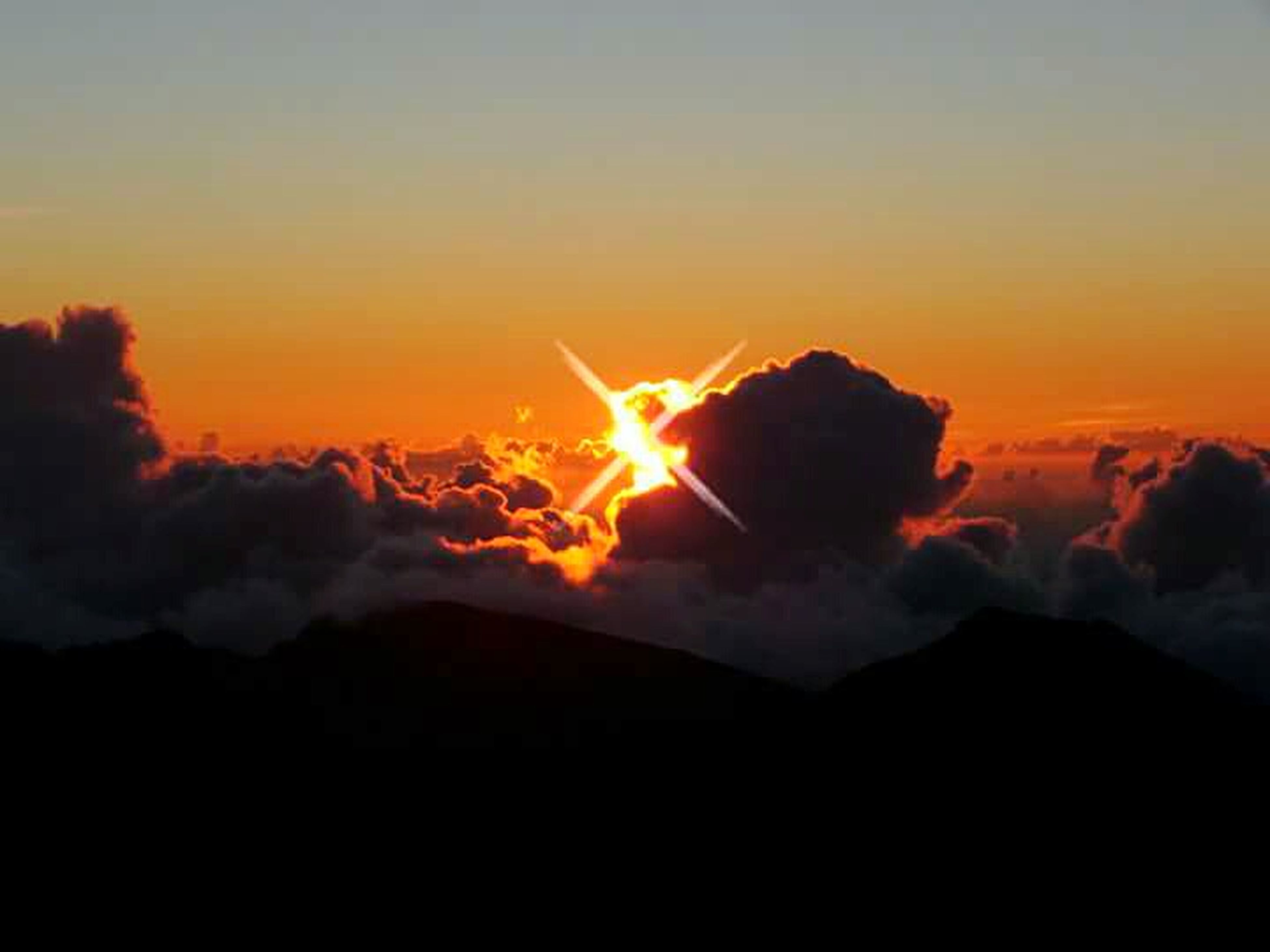 sunset, scenics, tranquil scene, mountain, beauty in nature, silhouette, orange color, tranquility, sun, sky, idyllic, nature, mountain range, copy space, landscape, majestic, sunlight, outdoors, cloud - sky, no people