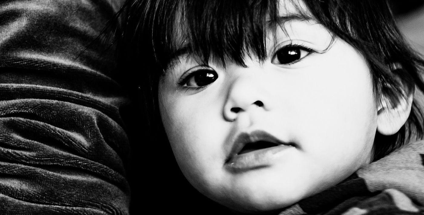 Valentina, la niña en casa. Portrait Black & White Blackandwhite Dark Photography Monochrome EyeEm Gallery Light And Shadow Children Women The Portraitist - 2015 EyeEm Awards