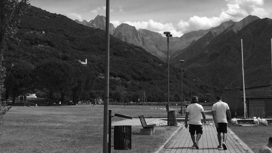 Ad ascoltare il vento.. Urban Landscape Shades Of Grey Come Together EyeEm Best Edits Freedom Capturing Freedom Sky Eye4black&white  Blackandwhite Monocrome