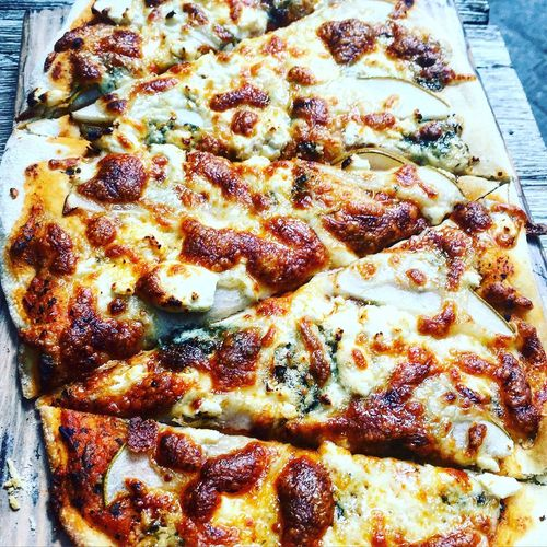 Weekend Lunch Mexico Cdmx Garden Bluecheese & Pear Pizza 🍐🧀🍕 Yummy Nom Nom Nom Food Foodporn listening to Nina Simone - Love Me or Leave Me 💜