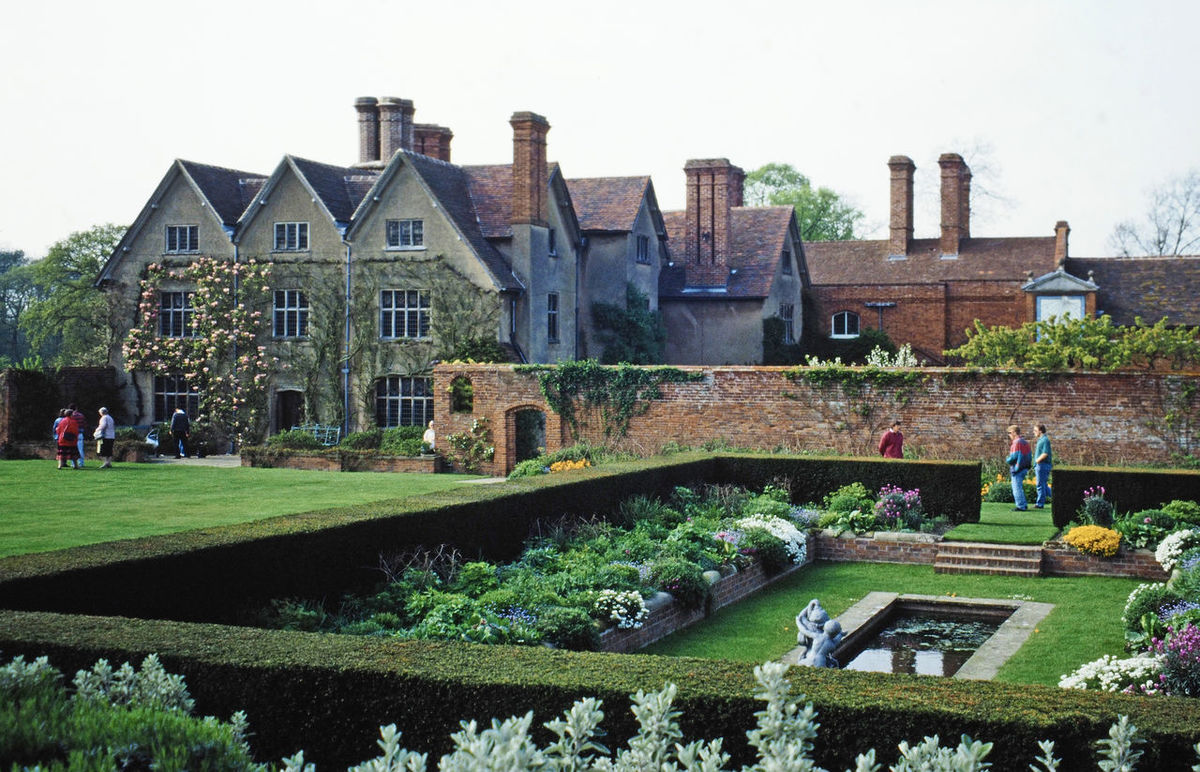Architecture Water Nature Real People Sky Day History Outdoors Grass Clear Sky Kent England Henry VIII Anne Boleyn Travel Destinations Formal Garden Hever Castle Building Exterior Built Structure Elizabethan Architecture
