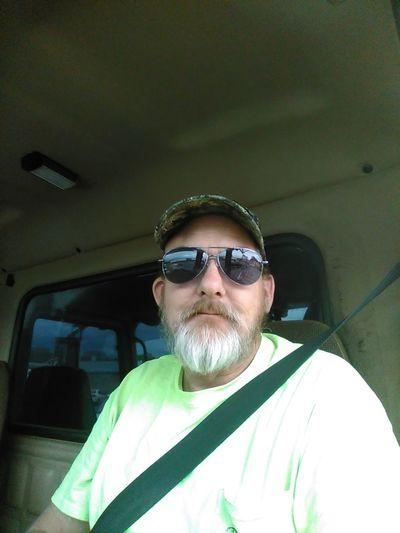 Meinautomoment Trucking Truckdriver Truck Interior Reflections Sunglasses Cap Beard Mustache Yellow Shirt Seatbelt Selfie ✌ South Carolina