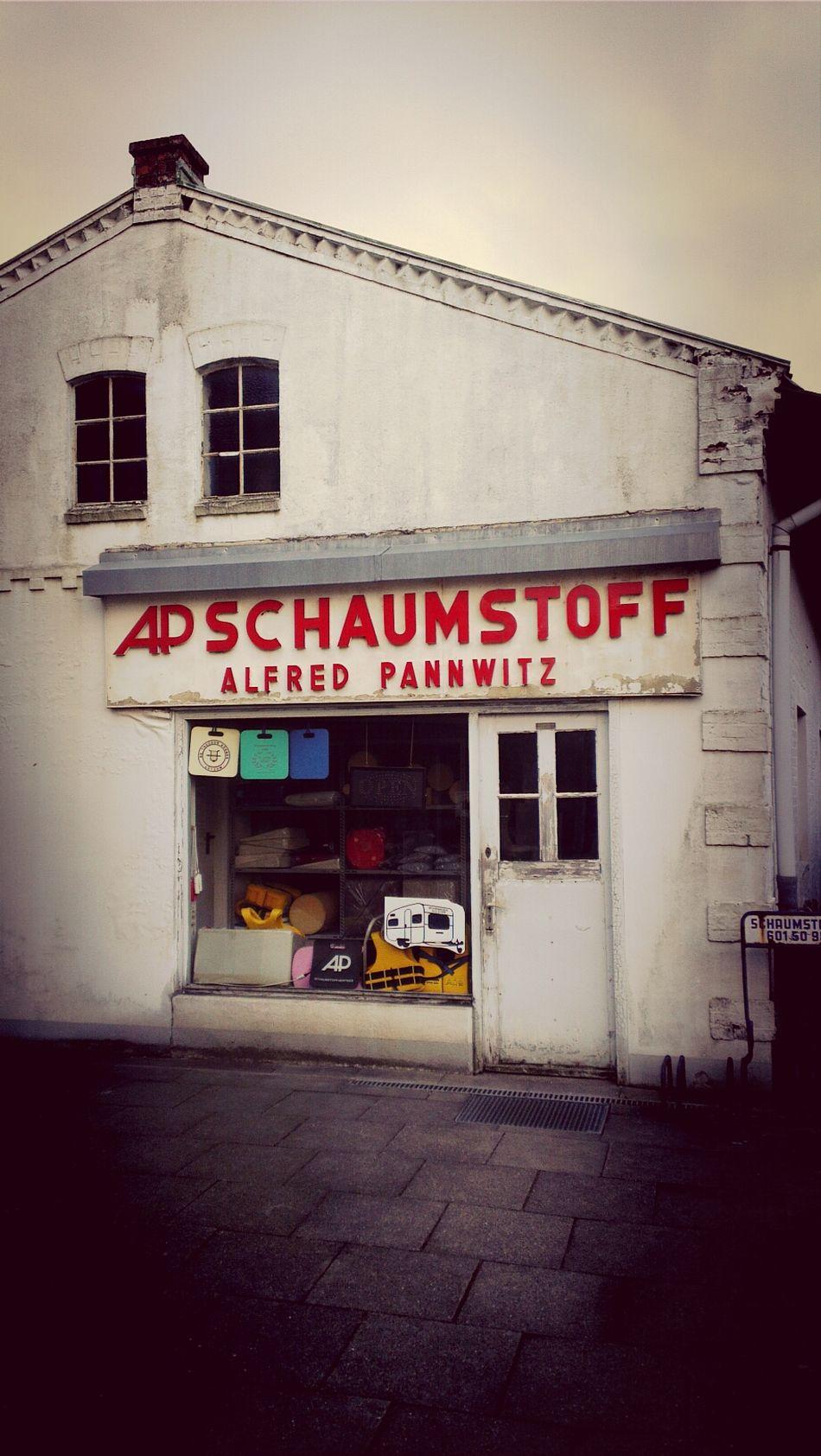 Ein Schaumstoffladen in der Saseler Chaussee in Hamburg. Das Foto ist im Februar 2014 entstanden, könnte aber auch locker 50 Jahre alt sein. Depressiver Realismus