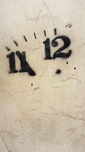 Clock Dial Ziffernblatt Elf Zwölf Uhr Graffiti Art Streetphotography Streetart Wand Wall Eleven Twelve
