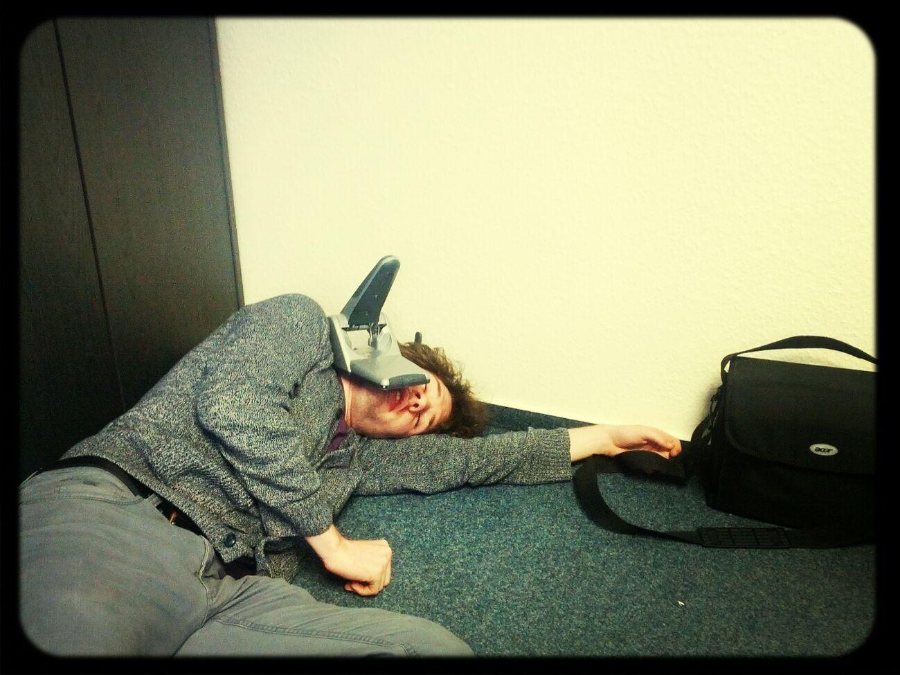 Vom Locher erschlagen. #BüroKrieg Büro Krieg