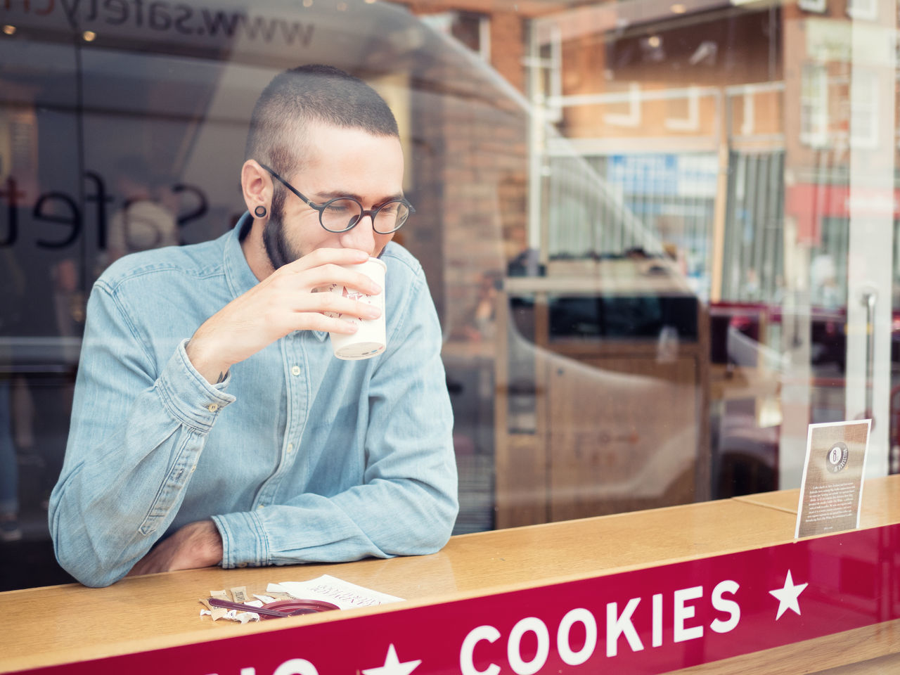 Beautiful stock photos of cookies, 20-24 Years, Blue, Button Down Shirt, Cafe