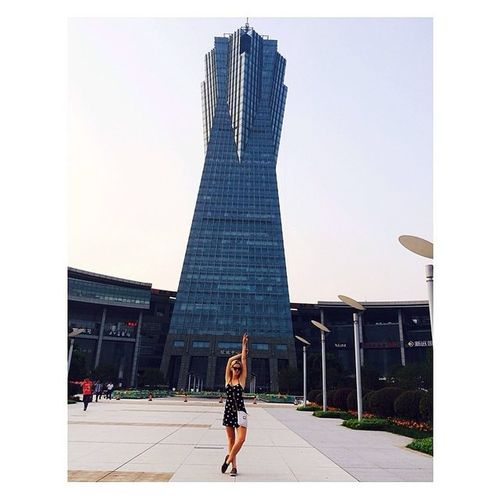 Trying to be as tall as this guy behind me ☝️Chinatour BuildingsEverywhere ??