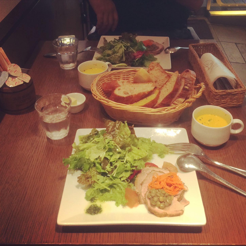 本日のランチ٩( *˙0˙ )۶? サラダランチ ¥1000 豚肩ロース肉と冬瓜・レンズ豆のサラダ/ブラッドオレンジ風味 スープ・パン盛り・ドリンク付き