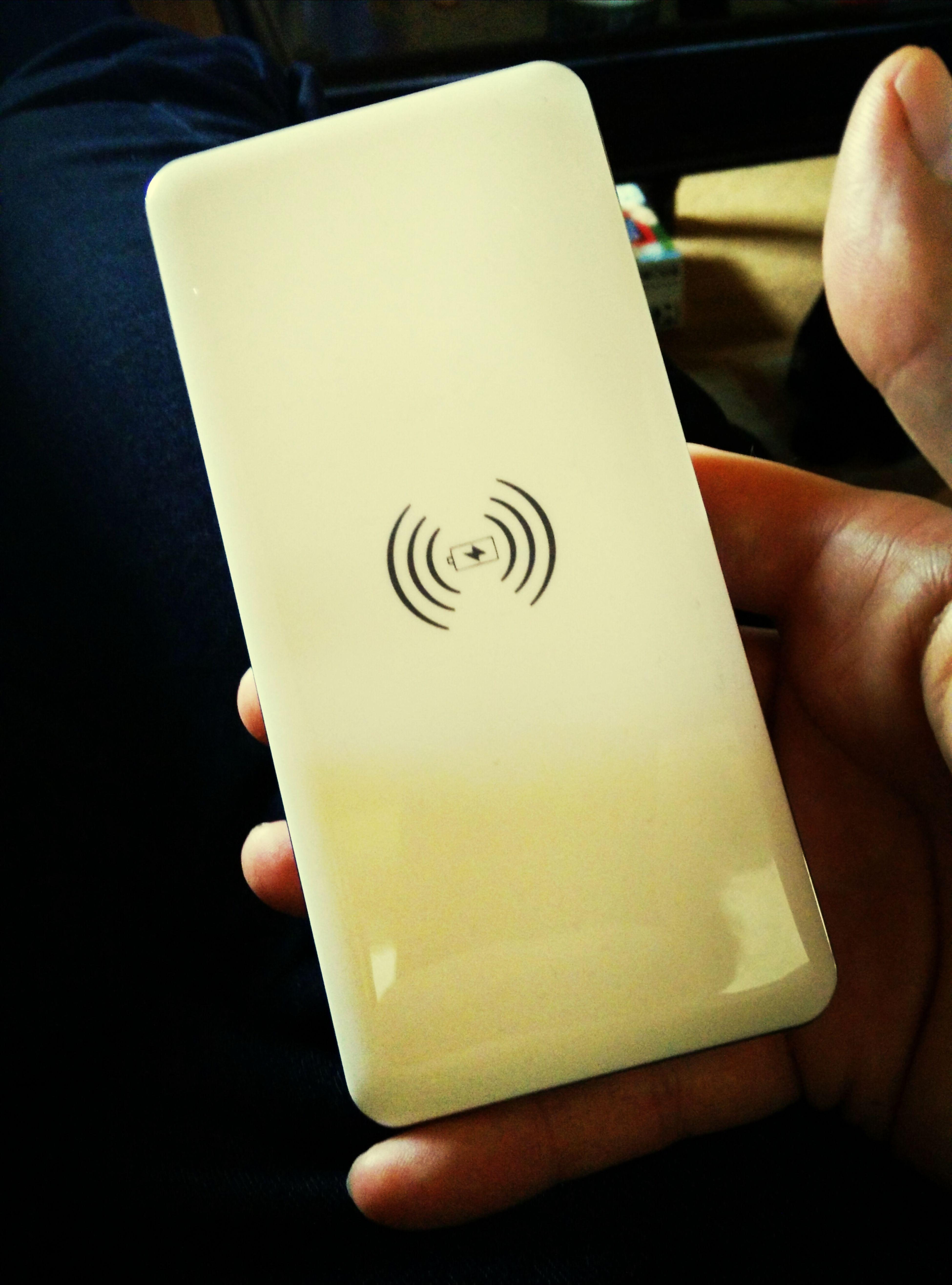 spannenstes Gadget seit langem: QI Drahtlosladestation und 10.000 mAh Powerbank in einem Bloggertest