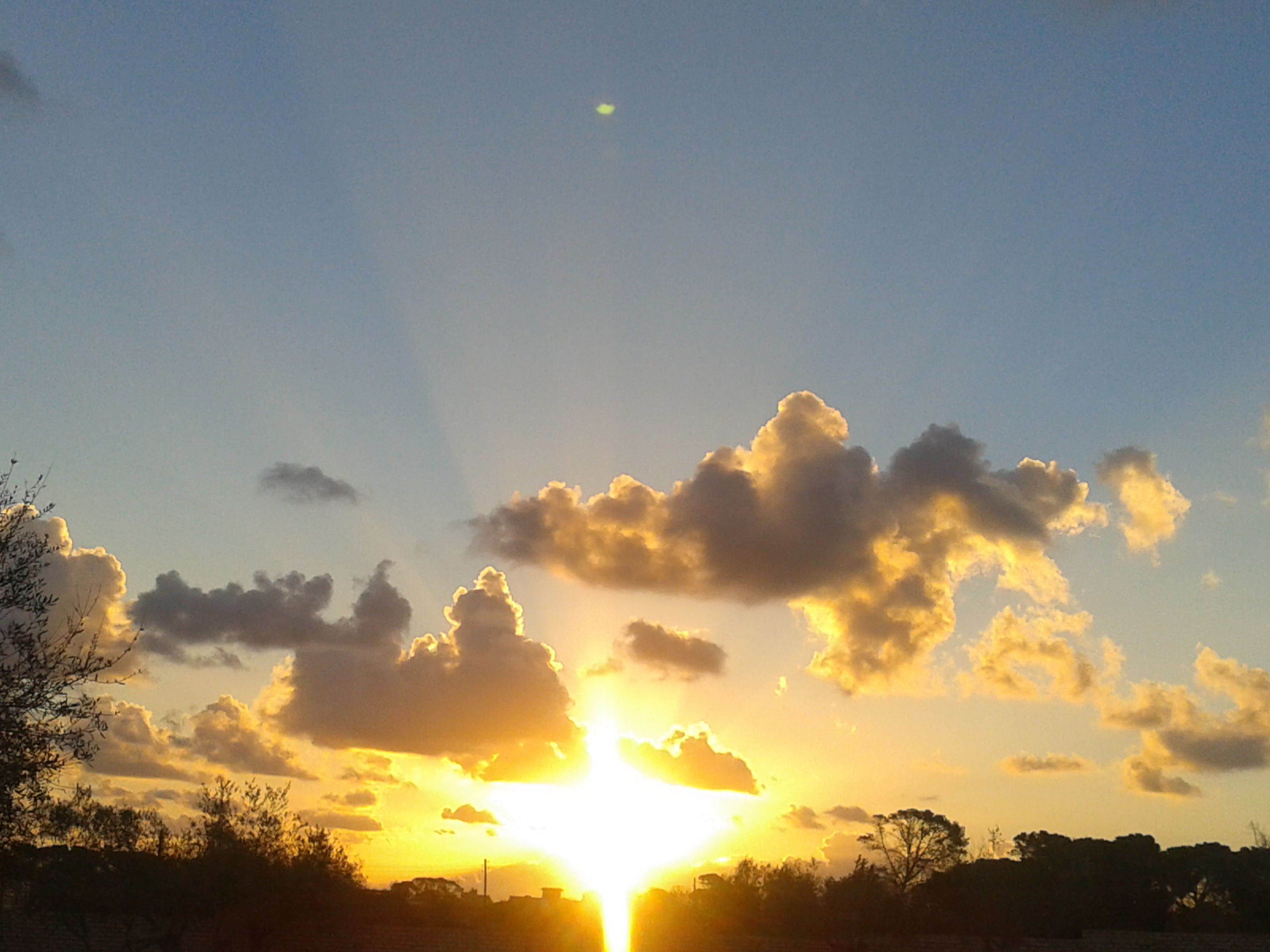 sun, sunset, sky, scenics, beauty in nature, sunbeam, silhouette, tranquil scene, tranquility, sunlight, nature, orange color, idyllic, cloud - sky, low angle view, lens flare, tree, landscape, cloud, back lit
