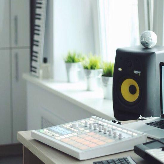 Drummashine Music window Desk Technology Indoors  Drumkit Drumbeat