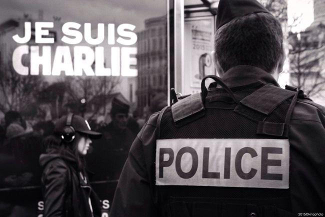 21 janvier 2015 : Manuel Valls annonce la création de 2680 postes de policiers supplémentaires pour lutter contre le terrorisme. Mais lutter contre l'obscurantisme c'est avant tout une question d'éducation, d'accès à la culture et d'emploi... Combien de postes de chômeurs, d'enseignants, d'éducateurs, et d'intermittents ont-ils été créés ces 20 dernières années? On récolte ce que l'on sème... Paris Jesuischarlie Blackandwhite Streetphotography