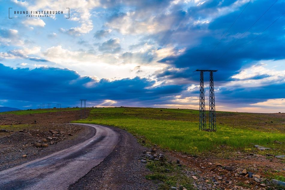 Bellos paisajes que he encontrado en Marruecos 🇲🇦/ Beautiful landscapes that i have found in Morocco 🇲🇦. Cultures Picoftheday Beauty Sky Cloud - Sky No People Day Road Cable The Way Forward Landscape Outdoors Nature Electricity Pylon Scenics Beauty In Nature