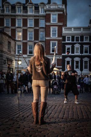 The Australian street performer and the American tourist. Street London Streetperformer
