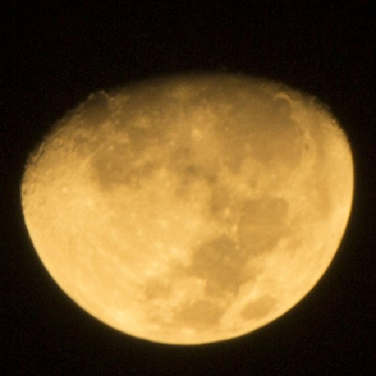 Look what I got. Efek ga bs tidur Dan lg candu foto. Its not an edited photo. Just a cropped photo. Look so keyeeennn..Moon Yellow Yellowmoon Udahlewat gagunaliatkeluarjendela