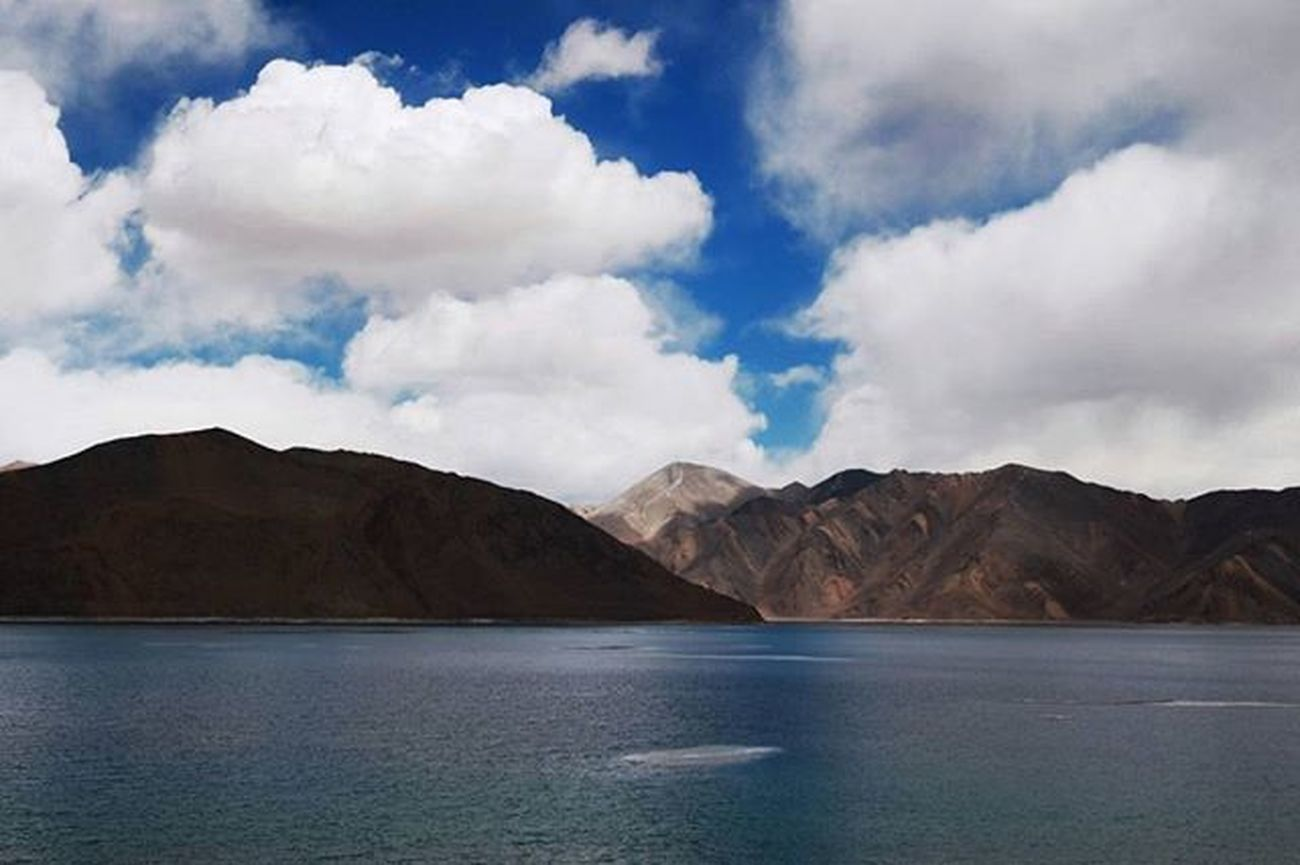 Pangong Tso lake, Ladakh. Notice the different colors of the water. The lake changes it's color every few minutes depending on the sky. One of my favourite places on earth. . . . . . . . . Indiapictures _soi _oye India Storiesofindia Indiagram Desi_diaries Indianstories Skyporn Indiaclicks _indiasb Incredibleindia Lonelyplanetindia Sky Igersindia Ig_india Igers_india India_tourism_ Featuremyframe Everydayindia Photographers_of_india Inspiroindia Indiaphotosociety Soiwalks Indiaig traveldesi mysimpleclick mountains lake