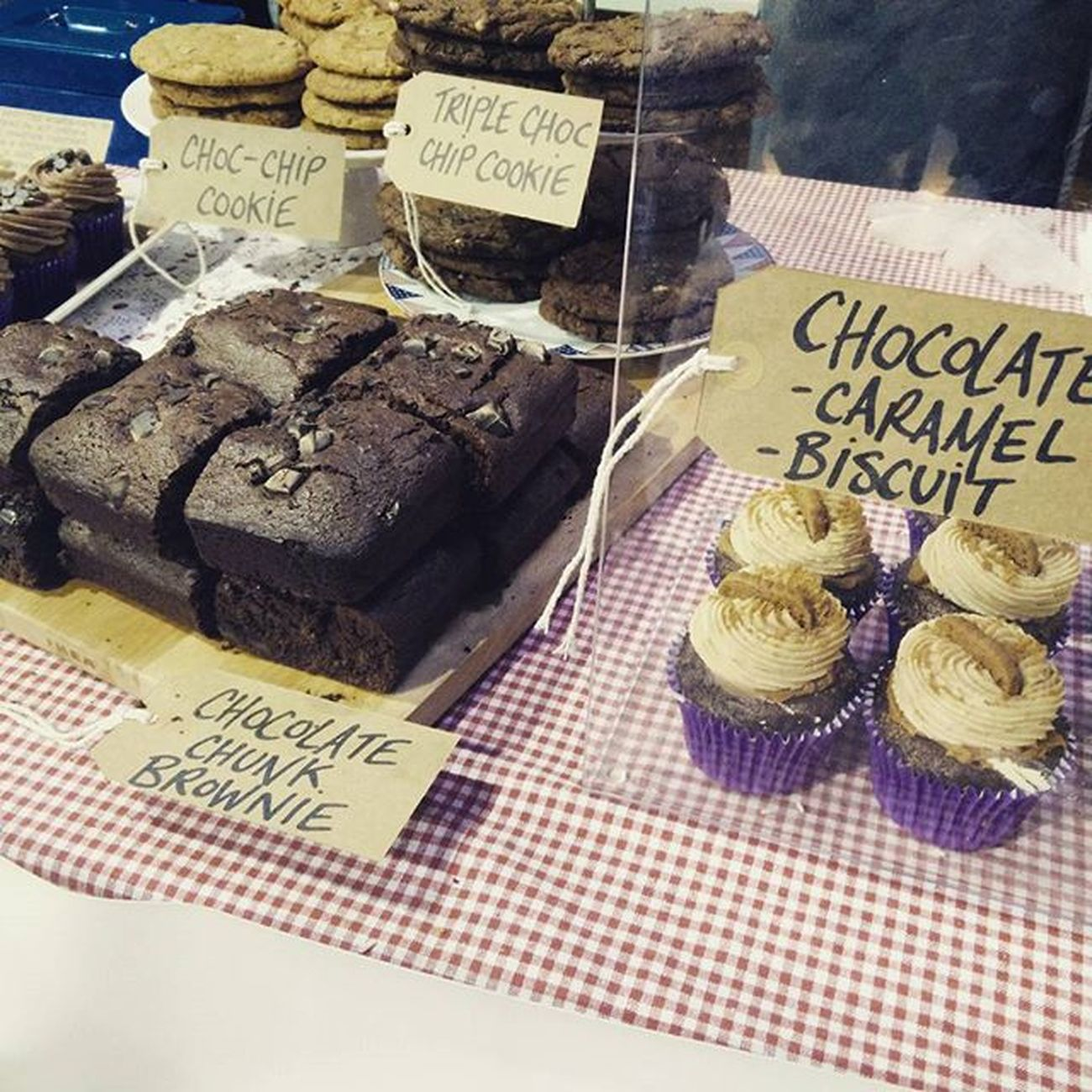 Thanks @careforacupcake_uk for the amazing vegan cakes 😍😋 Sat here with my little girl demolishing the chocolate brownie 👍 Cakes Vegancakes Vegan Choclatebrownie Cupcakes Treats Westmidlandsveganfestival Careforacupcake