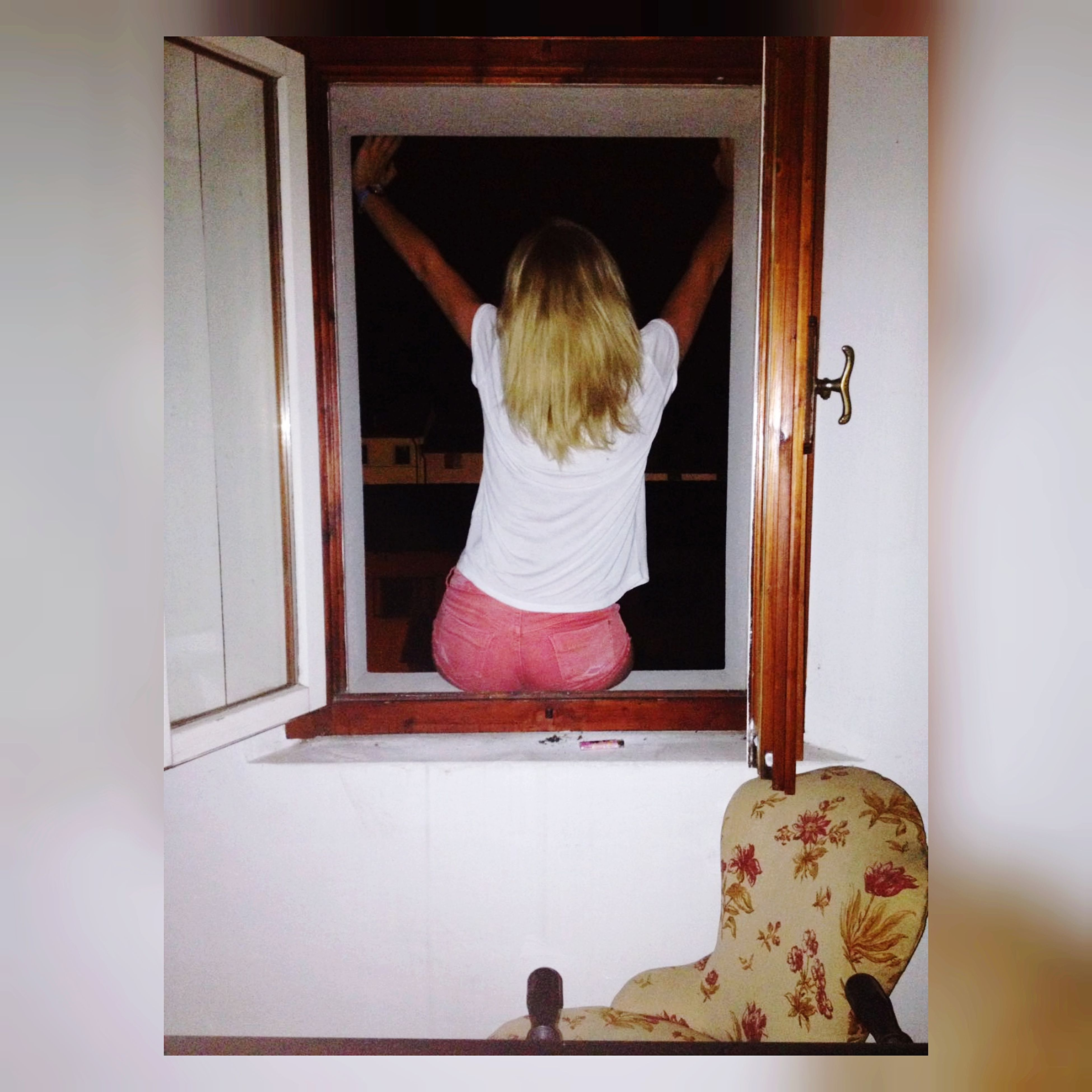 real people, rear view, one person, indoors, leisure activity, open, lifestyles, childhood, home interior, blond hair, day
