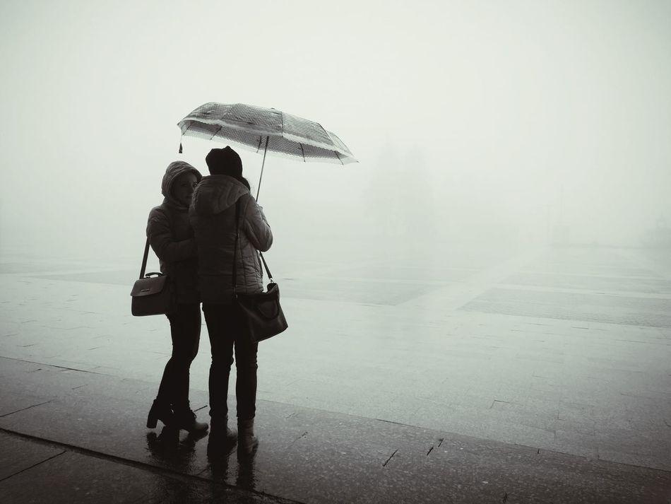 туман дожди☔ зонт Two People Holding People Young Adult Protection Silhouette TCPM Art Is Everywhere EyeEmNewHere