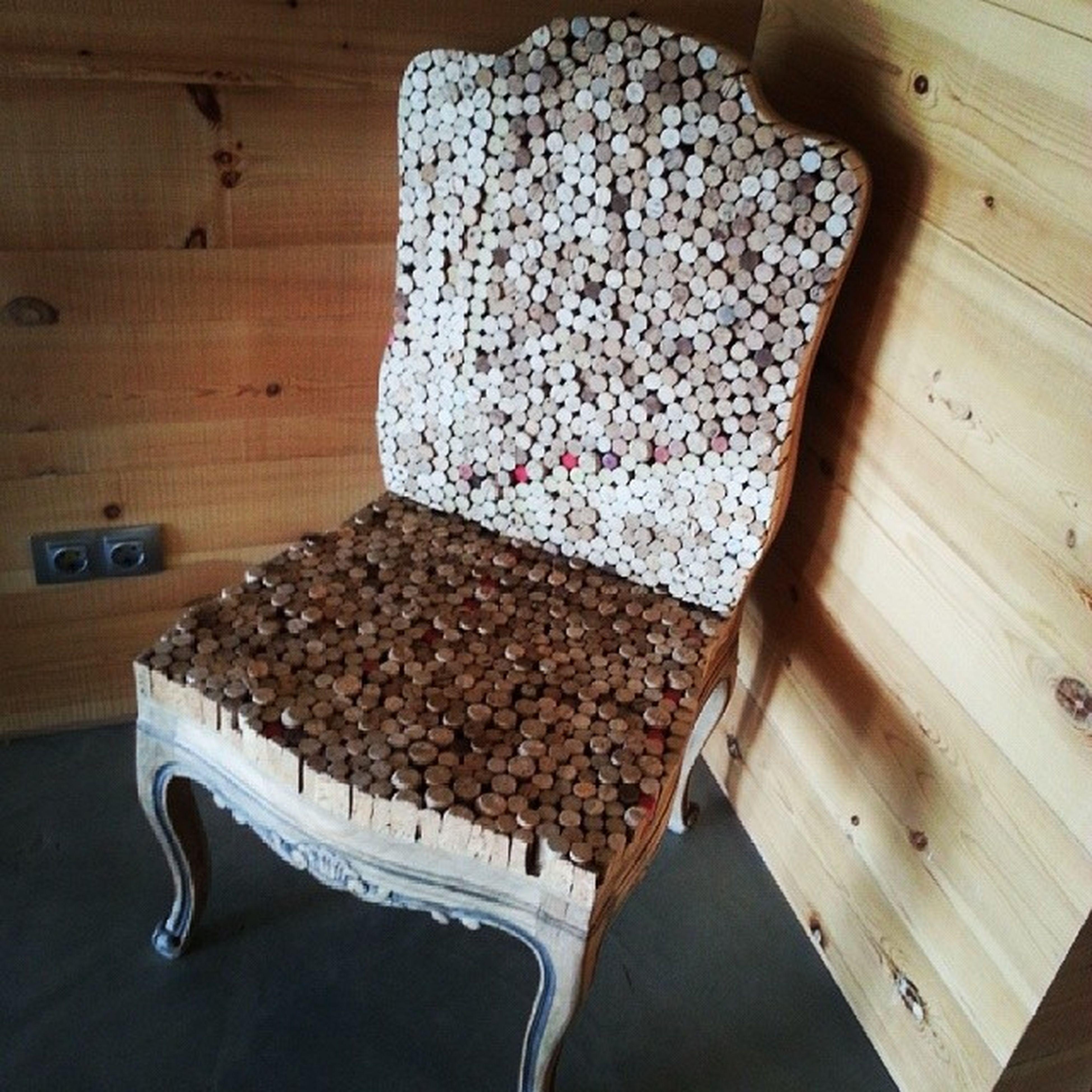 (La silla esta en la Bodega @dehesadeLuna) Algún día me haré una Silla igual... el Tapizado (corcho) de Botella de Vino lo tengo... ahora me falta la silla y lo más preciado: Tiempo .
