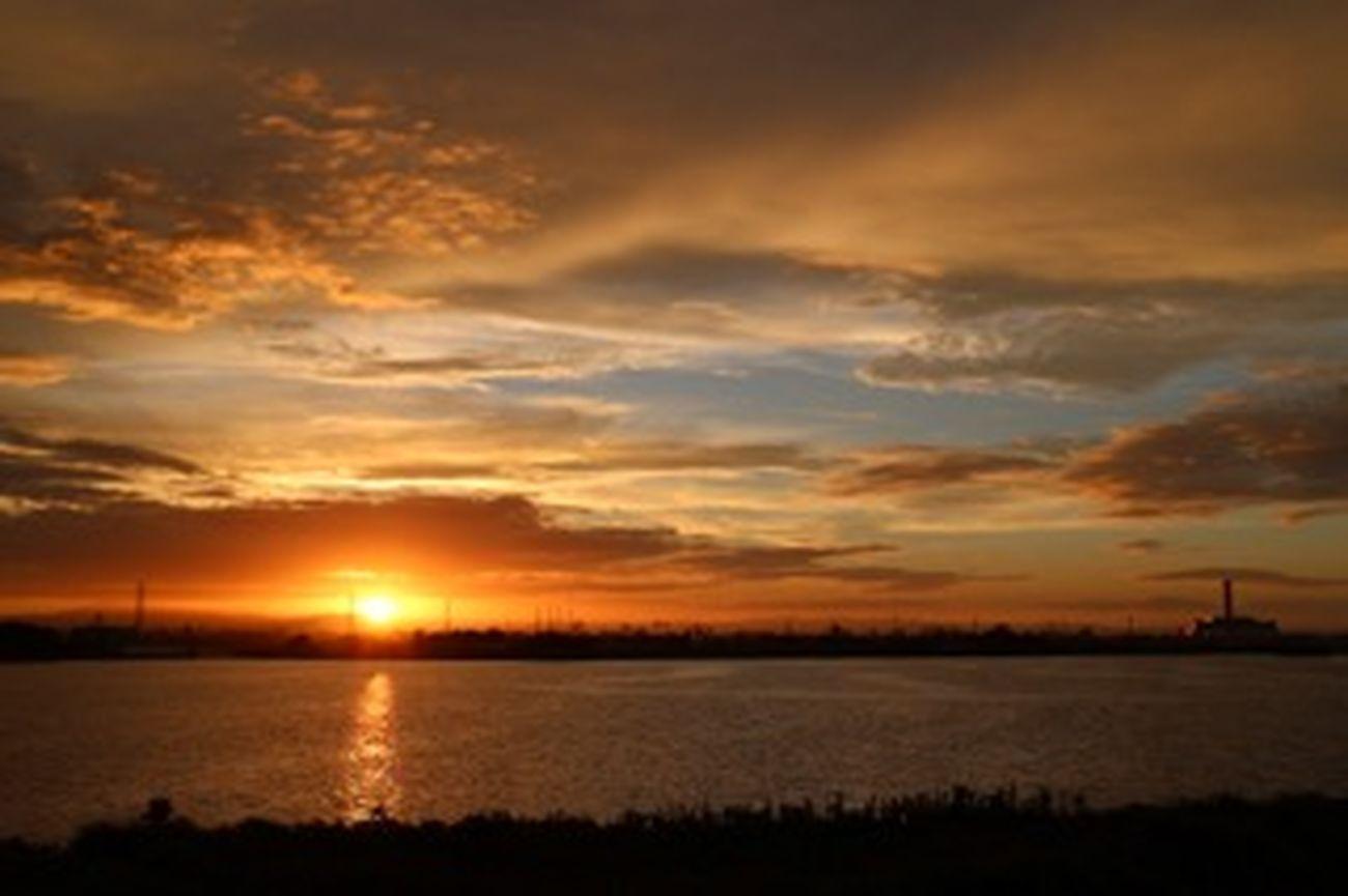 rRelaxingRRelaxing朝朝焼け雲雲朝朝陽もものおもい今日は他部署に応援にて…緊張のあまり早起き。しすぎ(๑¯ω¯๑)いつかの朝焼け空より。リラックスリラックス(๑´∀`๑)