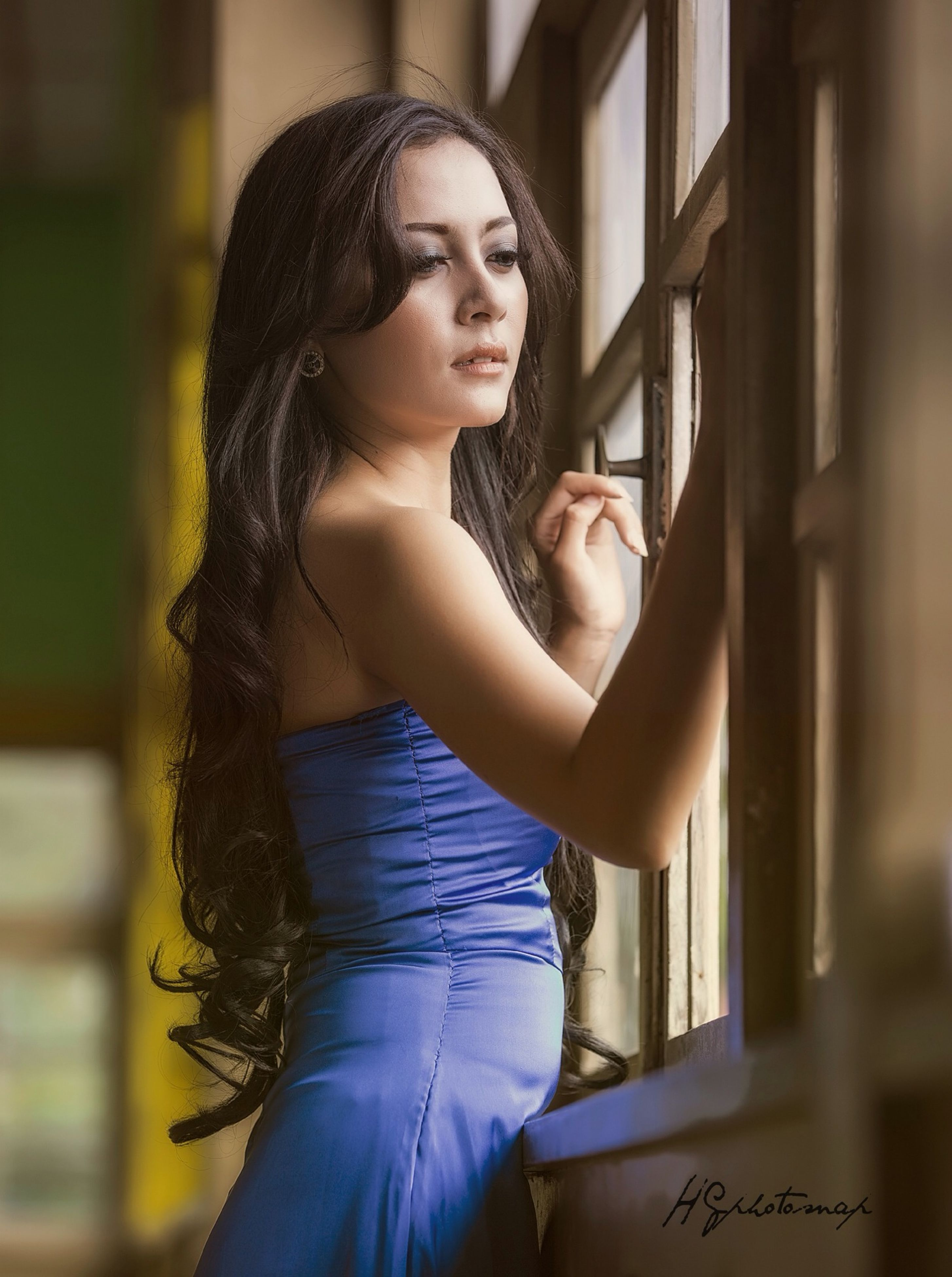 young adult, young women, person, lifestyles, front view, leisure activity, long hair, looking at camera, portrait, standing, three quarter length, indoors, casual clothing, beauty, fashion, waist up, smiling