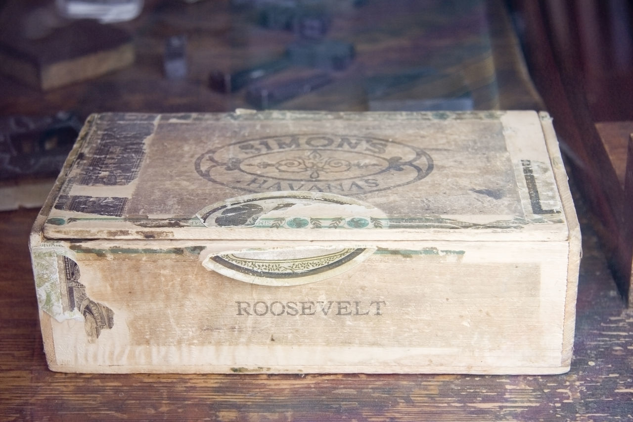 vintage cigar box - with broken customs seal Ancient Box Case Cigar Cigar Box Cigars Cuba Cuba Collection Cuban Customs Drugs Havanas Luxury Nicotine Nostalgia Old Retro Roosevelt Seal Simon Smoke Smoker Smoking Tobacco Vintage