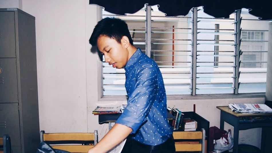 Self Potrait Myself Blue Shirt Nice Shirt Classroom No Classmate Books Study Flash Windows Windows Backlight Backlight