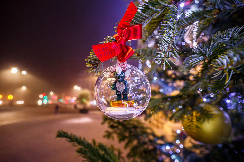 Fallait pas le nourrir après minuit ! Christmas Christmas Decoration Christmas Tree Decoration Celebration Tree Christmas Ornament Illuminated Christmas Lights Holiday - Event Red Hanging No People Shiny Close-up Multi Colored Night Christmas Bauble Outdoors Advent Gremlins MOGUAI LAOWA 15mm Laowa VenusLens